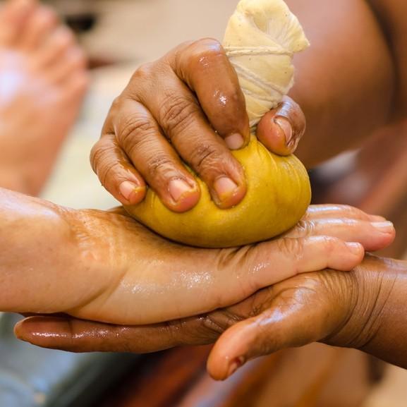 Potli massage sur les mains